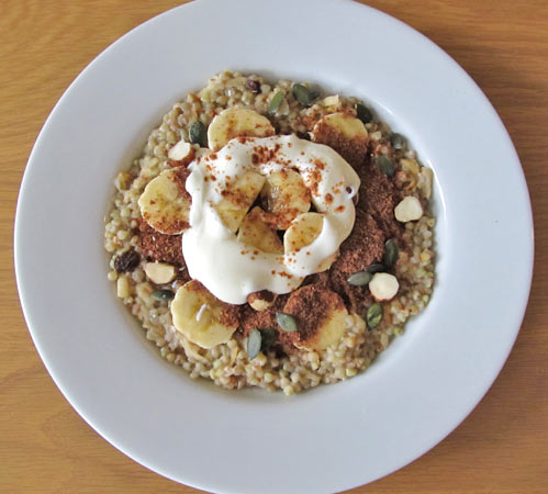 Fruity buckwheat porridge with yoghurt