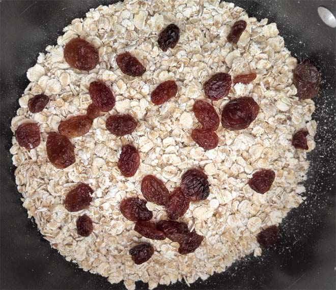 porridge oats with raisins before cooking